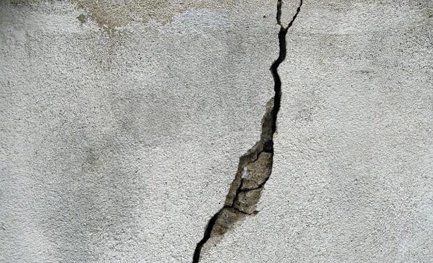 Cómo reparar fisuras y grietas en techos y paredes