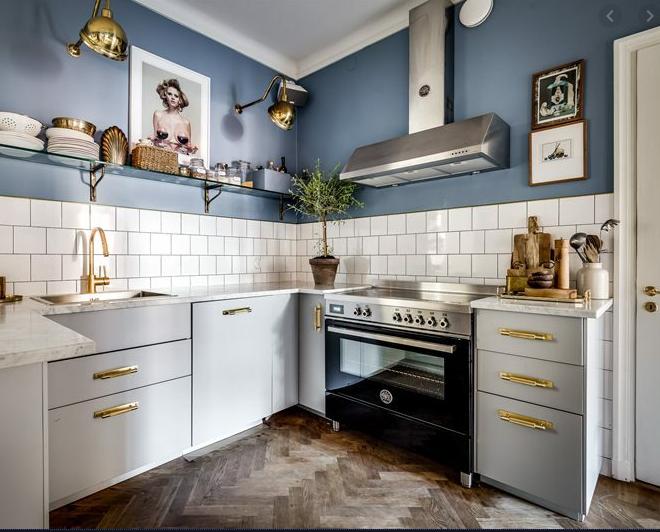 Cocina con estantes blancos Descripción generada automáticamente