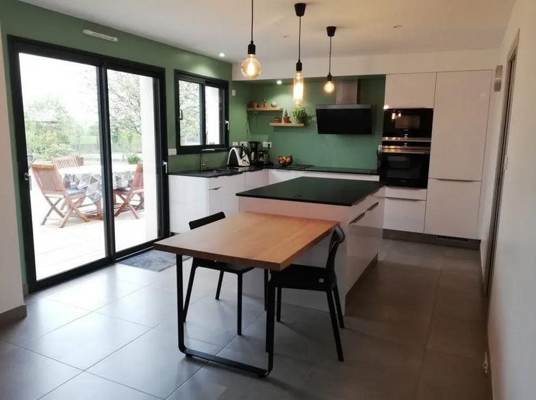 Una cocina con una mesa de madera Descripción generada automáticamente con confianza media