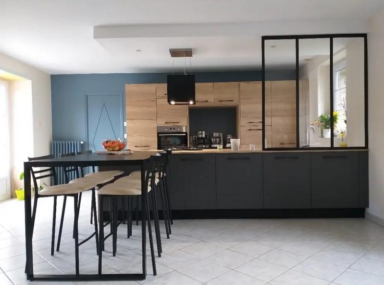 Una cocina moderna Descripción generada automáticamente con confianza media
