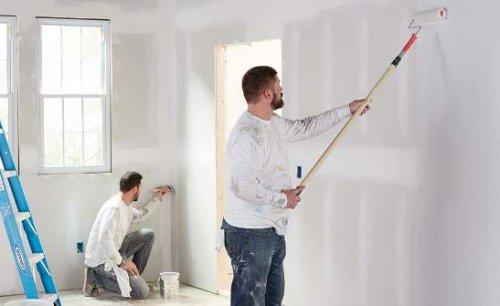 Pintores durante pintan un apartamento