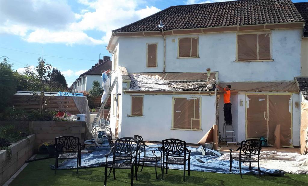 La parte trasera de la casa bristol está lista para aplicar revestimiento exterior de la pared